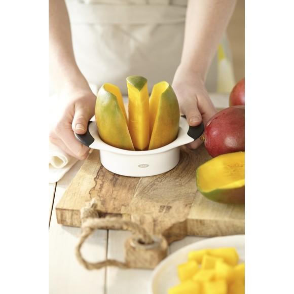 Taglia mango in spicchi