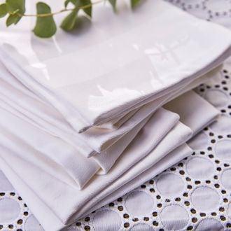 Serviette avec bande satin blanche 45cm