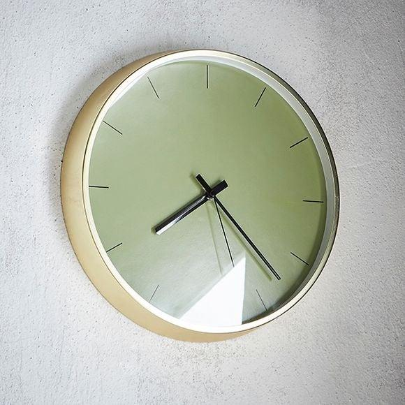 Horloge silencieuse  bord laiton fond couleur vert 30,5cm