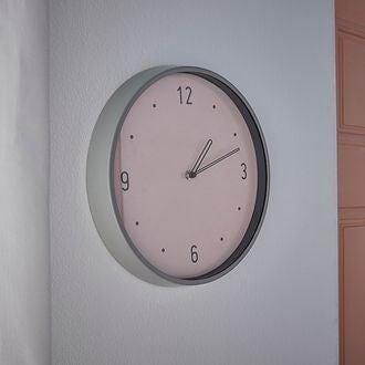 Horloge silencieuse Chantilly bord métal gris fond couleur rose poudré 30,5cm