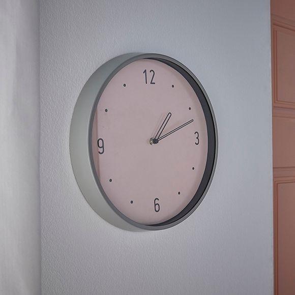 Horloge Chantilly bord métal fond rose poudré 30,5cm