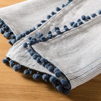 Nappe 150x250cm en coton imprimé bleu avec pompons dobby
