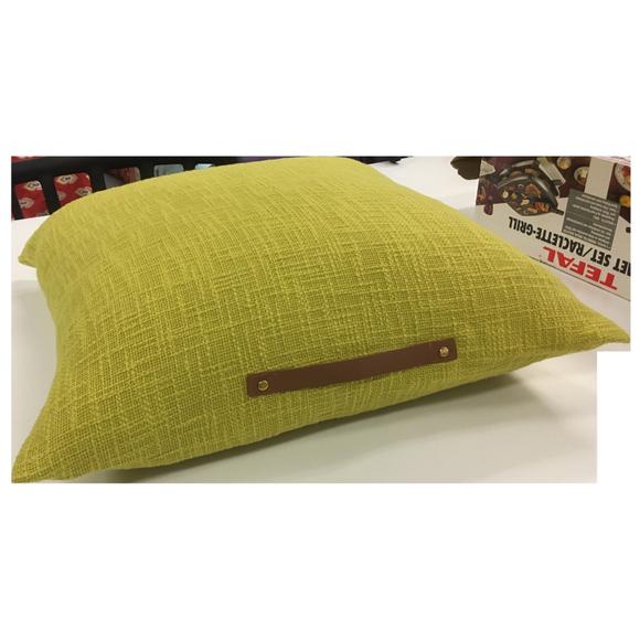 Coussin de sol uni avec anse en cuir jaune curry Junga 60x60