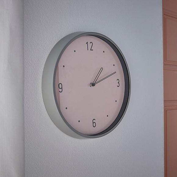 Achat en ligne Horloge Chantilly bord métal fond rose poudré 30,5cm