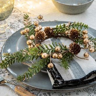 Petite couronne végétale baies et pommes de pin or 9 cm