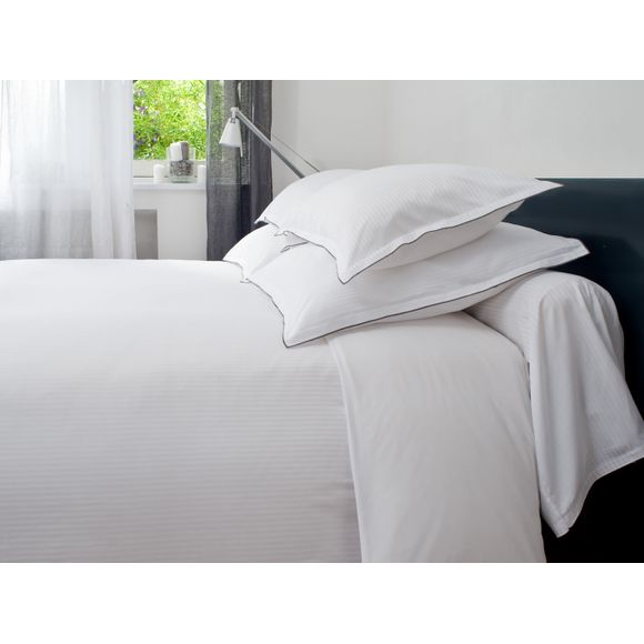 Taie d'oreiller à rayures en satin blanc brodée 50x70cm