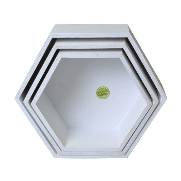 Achat en ligne Set de 3 étagères héxagonales en bois brut blanc 24 à 30cm