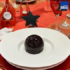Dôme litchi  biscuit pistache et glaçage chocolat