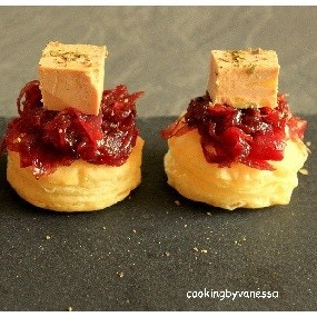 Toast feuilleté au confit d'oignons et foie gras