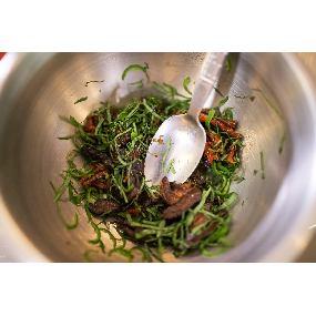 Tartare d'aubergines, tomates confites, basilic et sel du trappeur