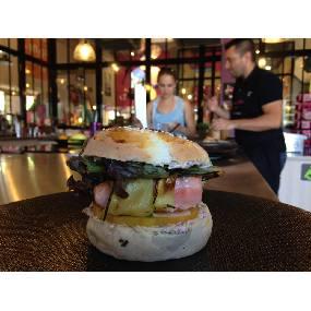 Burger saumon et crème au fromage frais estragon , tomates confites et wasabi