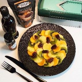 Carpaccio exotique à l'huile d'olive basilic bio , fève de tonka et pékan caramélisé.