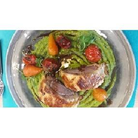 Filet mignon en croûte feuilletée, sauce porto, écrasé de petit pois à la menthe et quelques tomates confites