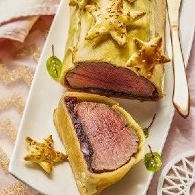 Bœuf en croûte, confit d'oignons rouges à l'hibiscus et à l'estragon