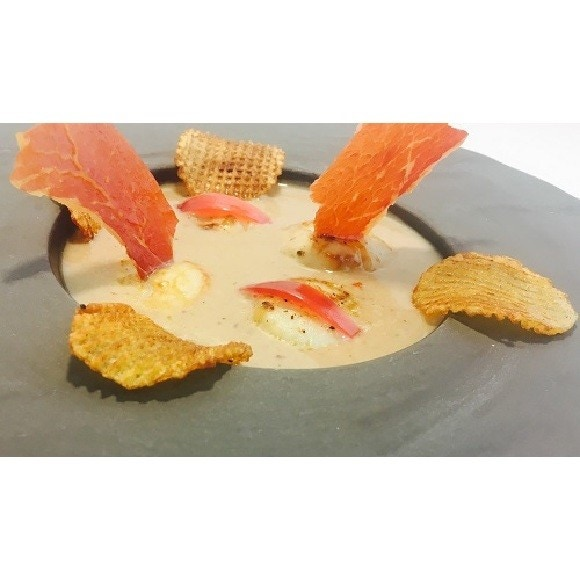 Noix de St Jacques poêlées, crème de chataigne et chips de Serano