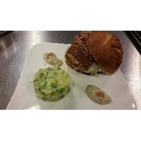 Burger cabillaud pané à la chapelure de brioche, pickels d'oignons rouges, sauce tartare et écrasée de pommes de terre