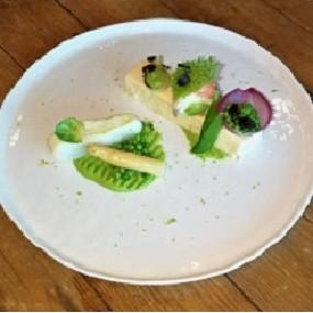 Cabillaud en 2 façons, mousseline petit pois/menthe et pana cotta tiède d'asperge blanche
