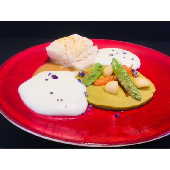 Pavé de lieu noir confit basse température, beurre d'agrumes, purée de pois cassés et légumes glacés.