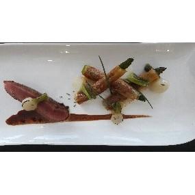 Filet d'agneau laqué, asperges vertes croustillantes et grenailles confites