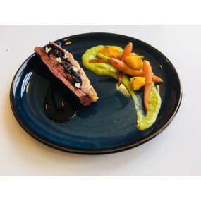 Magret de canard aux cerises amarena, mousseline d'asperge et légumes