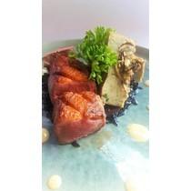 magret de canard fumé au foin, crème de café et fondant de champignons