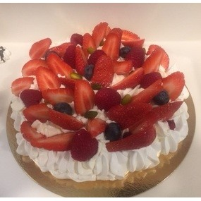 Pavlova combawa, coulis de framboises, fruits rouges