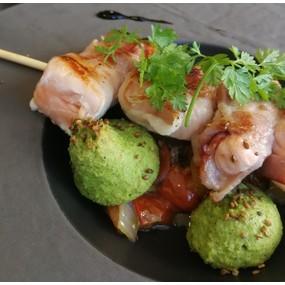Brochettes de saumon lardées, poêlée de tomates cerises, croquette de brocolis