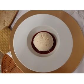 Coque meringuée, mousse choco blanc, praliné et framboise