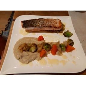 Saumon grillé, beurre blanc, purée de topinambours et légumes