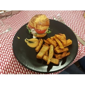 Burger cajun, tartare de boeuf et sauce cocktail, frites patate douce