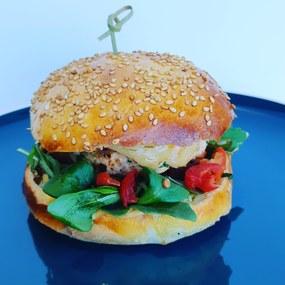Burger au saumon, sauce aux herbes fraîches