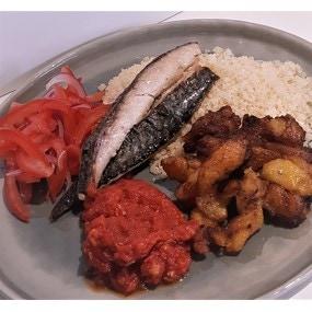 Plat ivoirien : poisson grillé, sauce tomate, attiéké et alloco