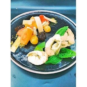 Ballottine au pesto, minis poivrons au mascarpone et tomates rôties