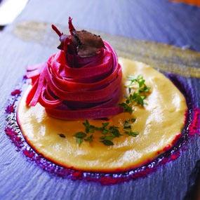 Fettuccine rosse su fonduta al tartufo
