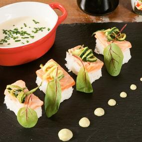 Salmone in piastra di sale e yogurt, con salsa di soia e wasabi