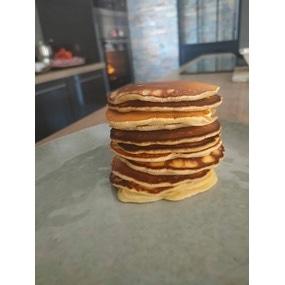 Les pancakes faciles et la pâte de caramel