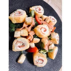 La recette du roulé de saumon fumé, ail et fines herbes façon pain perdu.
